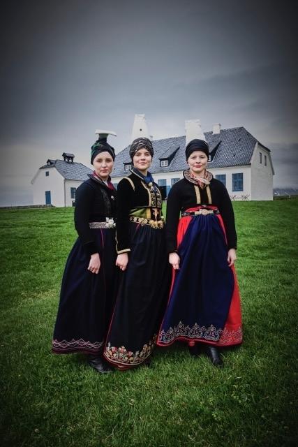 Annríki - Þjóðbúningar og skart. Faldbúningur yngri og faldbúningar eldri. Telma Rún, Hanna Lind og Auður.