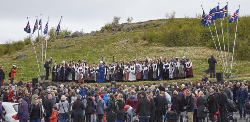 100 fjallkonur í Hafnarfirði 17. júní 2015 á Hamrinum með ávarp fjallkonunnar.