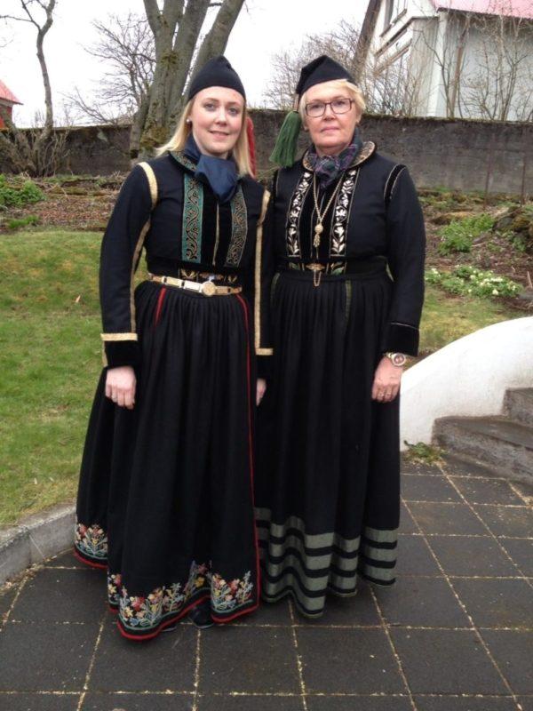 Annríki - Þjóðbúningar og skart. Ásdís og Kristbjörg í faldbúningum yngri.