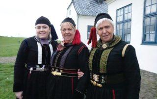 Annríki - Þjóðbúningar og skart. Útskrift í Viðey 2016. Þrjár konur í faldbúningum.
