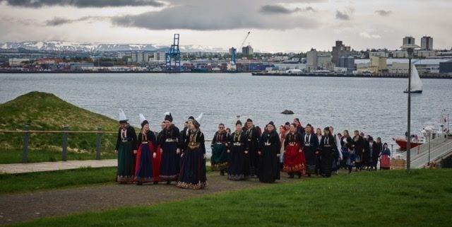 Annríki - Þjóðbúningar og skart. Prúðbúið fólk í íslenskum þjóðbúningum gengur frá höfninni í Viðey að Viðeyjarstofu.