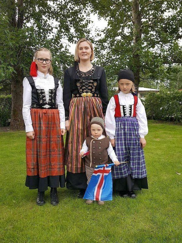 Annríki - Þjóðbúningar og skart. 20. alda upphlutir, 19. aldar upphlutur og barna herrabúningur.
