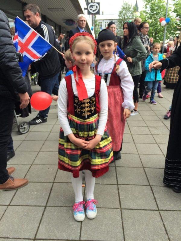 Annríki - Þjóðbúningar og skart. Skólakrakkar klæða sig upp í íslenska þjóðbúninga.