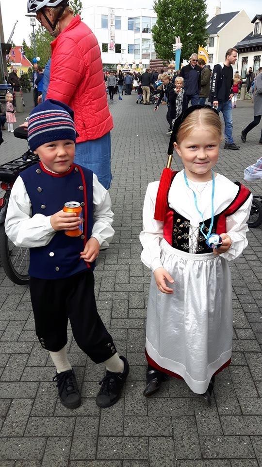 Annríki - Þjóðbúningar og skart. Drengur og stúlka í íslenskum þjóðbúningum.