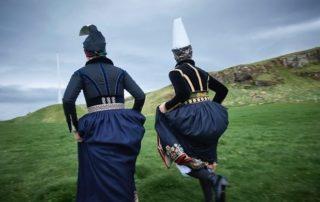 Annríki - Þjóðbúningar og skart. Faldbúningur yngri og eldri. Á hlaupum í Viðey 2016.