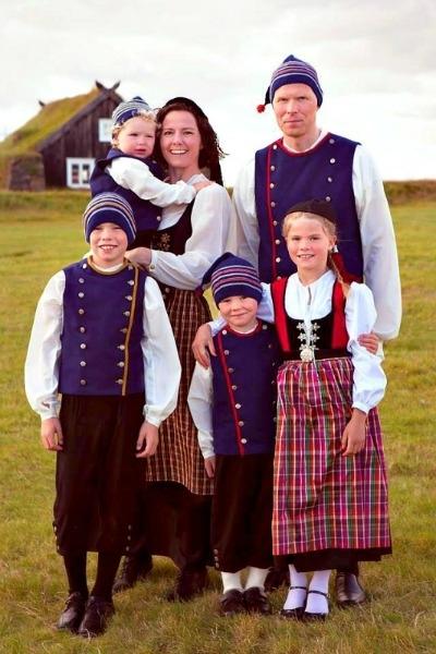 Annríki - Þjóðbúningar og skart. Farðir með börnum sínum. Öll í íslenskum búningum.