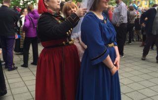Annríki - Þjóðbúningar og skart. Fjallkonan í Hafnarfirði 17. júní 2016 fær aðstoð.