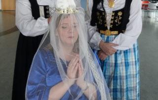 Annríki - Þjóðbúningar og skart. Fjallkonan klædd í skautinn.