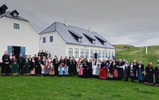 Annríki - Þjóðbúningar og skart. Hópur af fólki í þjóðbúningum frá mismunandi tímabilum. Afmælis- og útskriftarhátíð Annríkis í Viðey 2016.