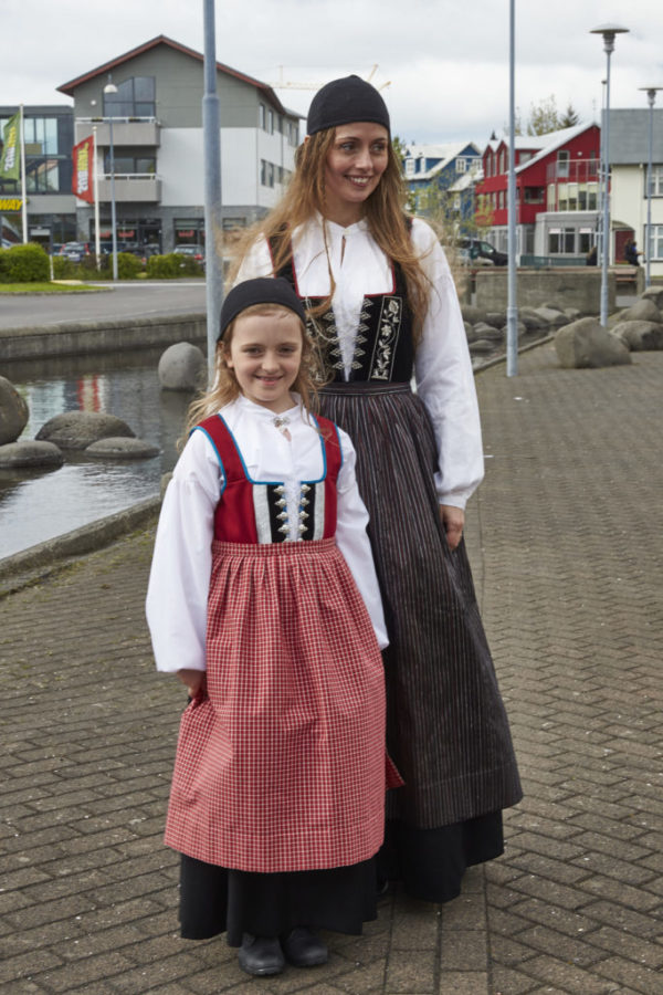 Annríki - Þjóðbúningar og skart. Kolbún Ýr og dóttir í 19. aldar upphlutum.