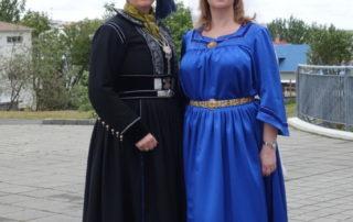 Stúlkur í íslenskum þjóðbúningum