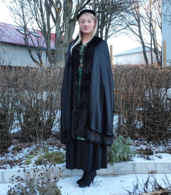 Annríki - Þjóðbúningar og skart. Möttull með loðkanti.