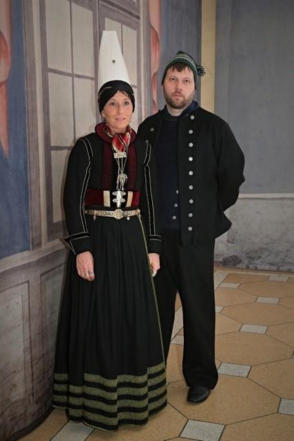 Par í íslenskum búningum, þau halda á hljóðfærum.