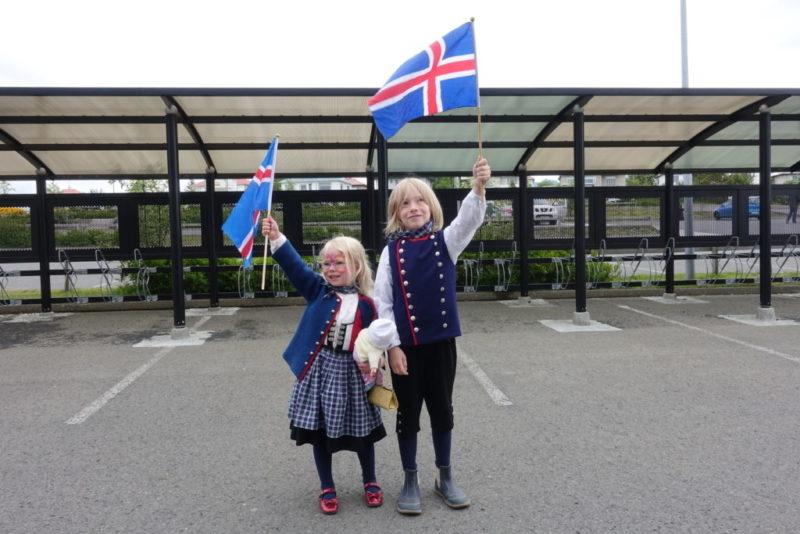 Annríki - Þjóðbúningar og skart. Einn fullorðin kona ásamt þremur börnum, öll í íslenskum búningum.