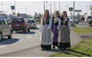 Annríki - Þjóðbúningar og skart. Á göngu í bænum á 17. júní. 20. aldar upphlutir og 20. aldar peysuföt.