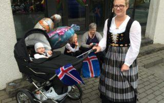 Annríki - Þjóðbúningar og skart. 20. aldar upphlutir og peysuföt. Konur skarta þessu á 17. júní 2016 og regnhlífar á lofti.