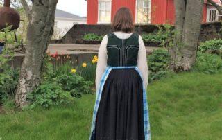 Annríki - Þjóðbúningar og skart. Elínborg Ágústsdóttir í 19. aldar upphlut, sýnir bakhluta