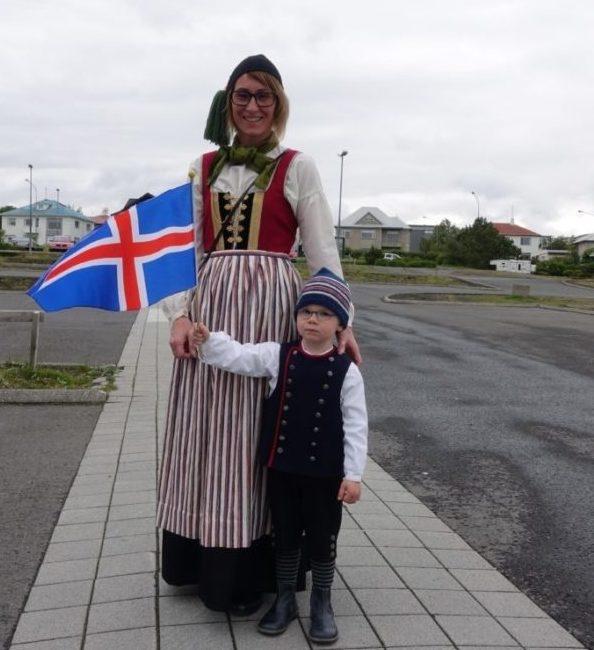 Annríki - Þjóðbúningar og skart. Hulda í 19. aldar upphlut og drengur í drengjabúning